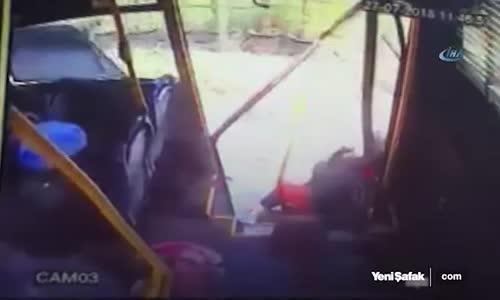 Sakarya'da Feci Kaza Yolcular Otobüsün Kapısından Yola Savruldu