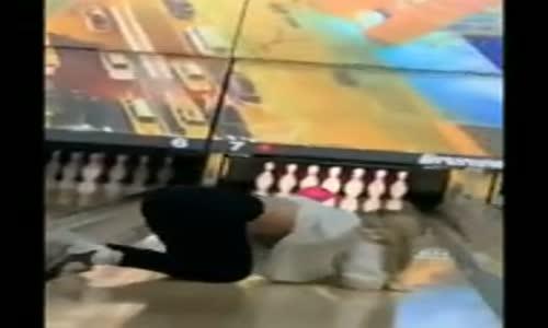 Bowling Topu ile Beraber Giden Kadın