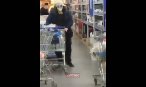 Gaz Maskesiyle Alışveriş Yapan Adam