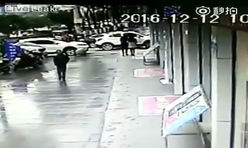 Genç Kıza Saldıran Hırsızı Perişan Etti