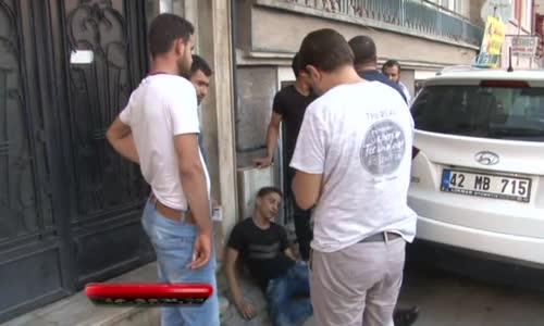 Bıçaklanan İki Kardeş Metrelerce Yürüdükten Sonra Yere Yığıldı