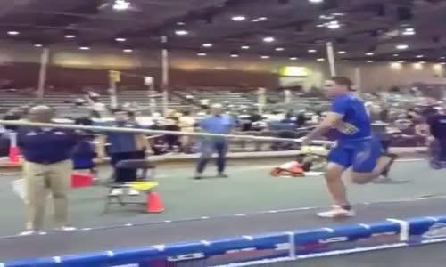 Sırıkla Atlayamamada Başarılı Olan Sporcu