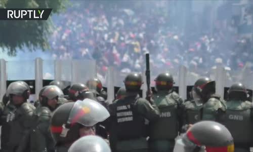Yardım Kamyonları Venezuela Sınırını Geçmeye çalıştıktan sonra çatışmalar başladı