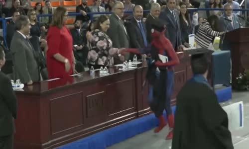 Mezuniyet Törenine Örümcek Adam Kılığında Gelen Öğrenci