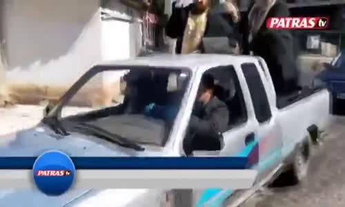 Yunanistan'da Koronavirüsle Mücadele İçin İki Papaz Kamyonet Kasasına Binerek Sokaklara Kutsal Su Saçtı