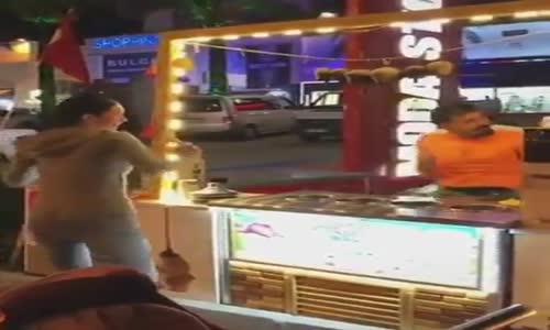 dondurma almak isteyen bayanın eğlenceli danslı külah kovalaması