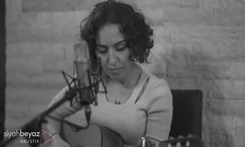 Ela Nur Akbulut - Her Şey Seninle Güzel (SiyahBeyaz Akustik)