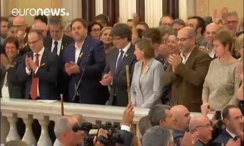 Katalonya Lideri Puigdemont : Barışçıl Mücadeleyi Hedefliyoruz
