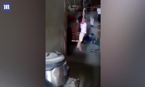Küçük Kıza Anneden Akılalmaz Ceza!