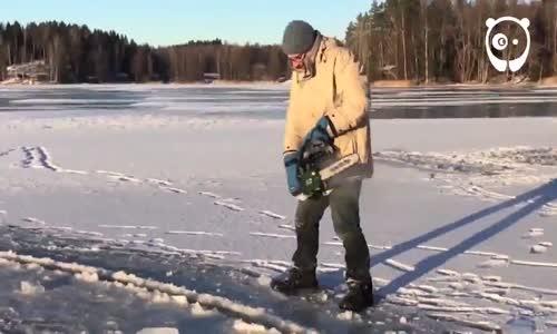 Nehirde Daire Şeklinde Kestikleri Buzun Üstünde Eğlenen İnsanlar