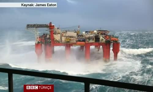 Açık Denizde Fırtınanın Ortasında Kalan Petrol Platformu