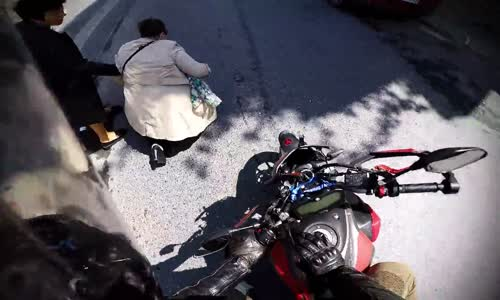 Motorcuya Saldıran Çılgın Teyze