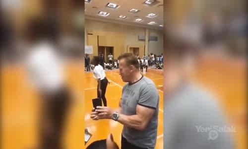 Arnold Schwarzenegger'e Uçan Tekmeli Saldırı