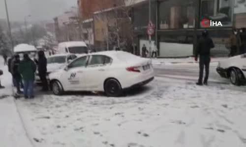 Karda kayan arabalarını böyle kurtarmaya çalıştılar