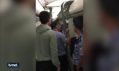 Uçak Rötarına Sinirlenen Çifti Tekme Tokat Dövdüler
