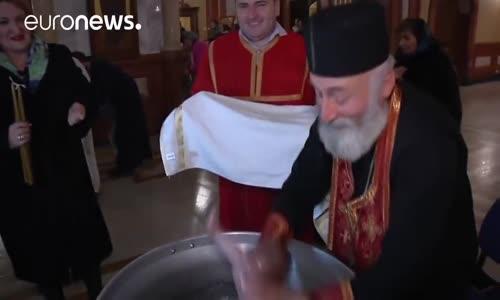 Bulaşık Yıkar Gibi Çocuk Vaftizleyen Papaz