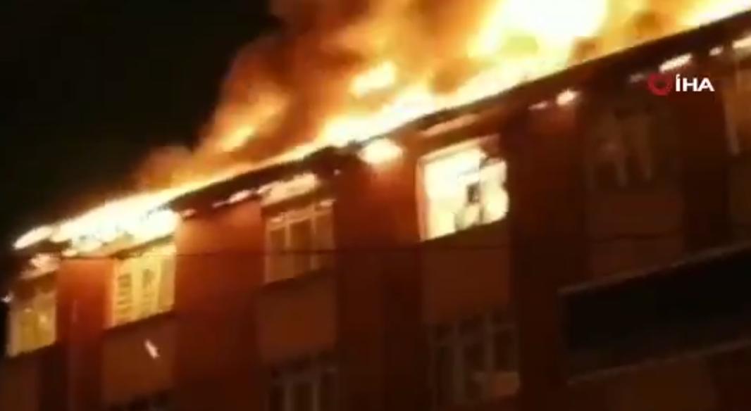 Sultanbeyli'deki Çatı Yangınında Patlama Anı