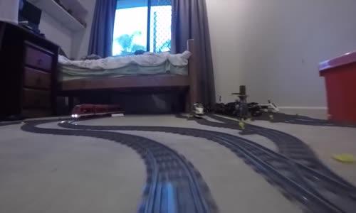 İzlemesi Aşırı Keyifli Şeylerde Bugün: Evin Dört Bir Yanını Dolaşan LEGO Treniyle Enfes Yolculuk