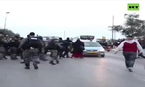İsrail Askeri , Filistinli Kameramanı Devirdi