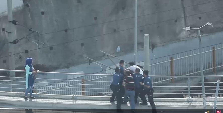 Yakalanınca Köprüden Atlamak İsteyen Genç Böyle Kurtarıldı
