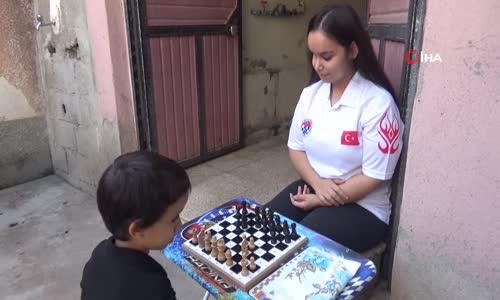 Satranç Şampiyonu Görme Engelli Kız İki Defa Kanseri de Şah Mat Etti