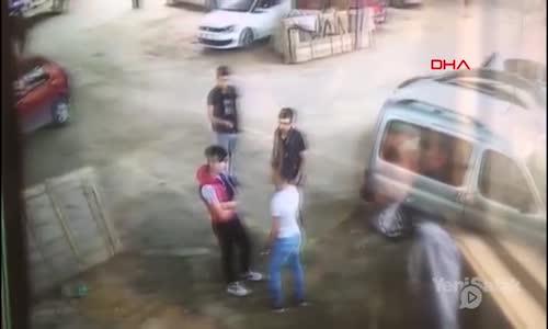 Tartıştığı Gençlere Döner Bıçağıyla Saldırdı
