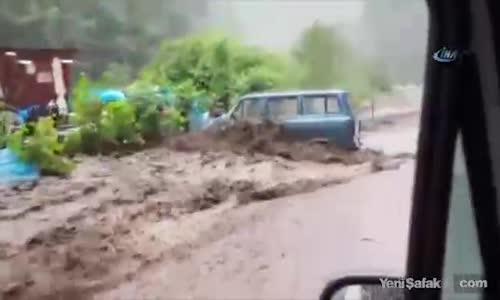 Rize'de Sel Suları Aracı Sürükledi