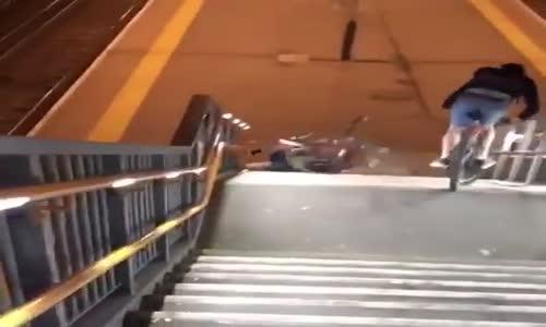 Metro Merdivenlerini Bisiklette İnen Sarhoşların Dramı