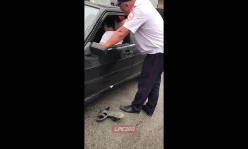 Arabada Sızan Sürücüyü Tokatlayan Polis