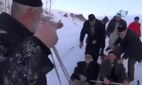Erzurum'da Dedelerin Leğenlerle Kayması